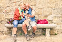 Senioren Paar auf Bank mit Handy