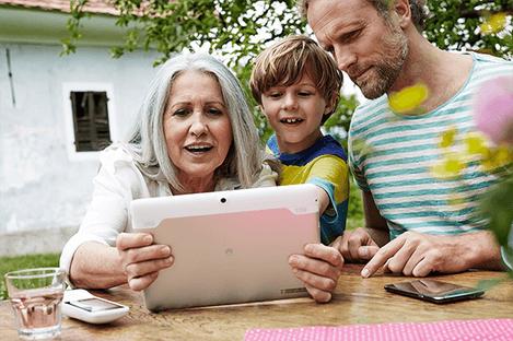 Familie mit Tablet